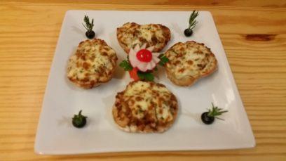 Tosta de Pão de Ul recheada com alheira e gratinada com queijo